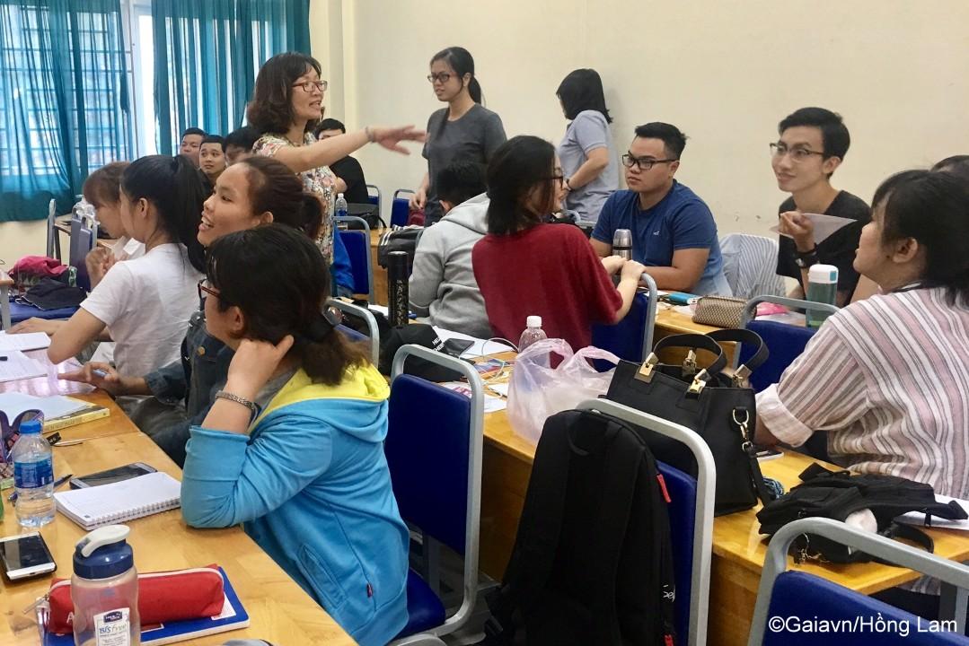 Các bạn sinh viên trao đổi với nhau về các nhóm nghề nghiệp