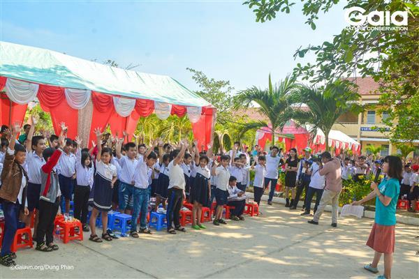 Học sinh hào hứng tham gia thử thách kiến thức môi trường.