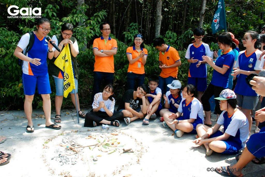 Học sinh thuyết trình mô hình chức năng của rừng ngập mặn.