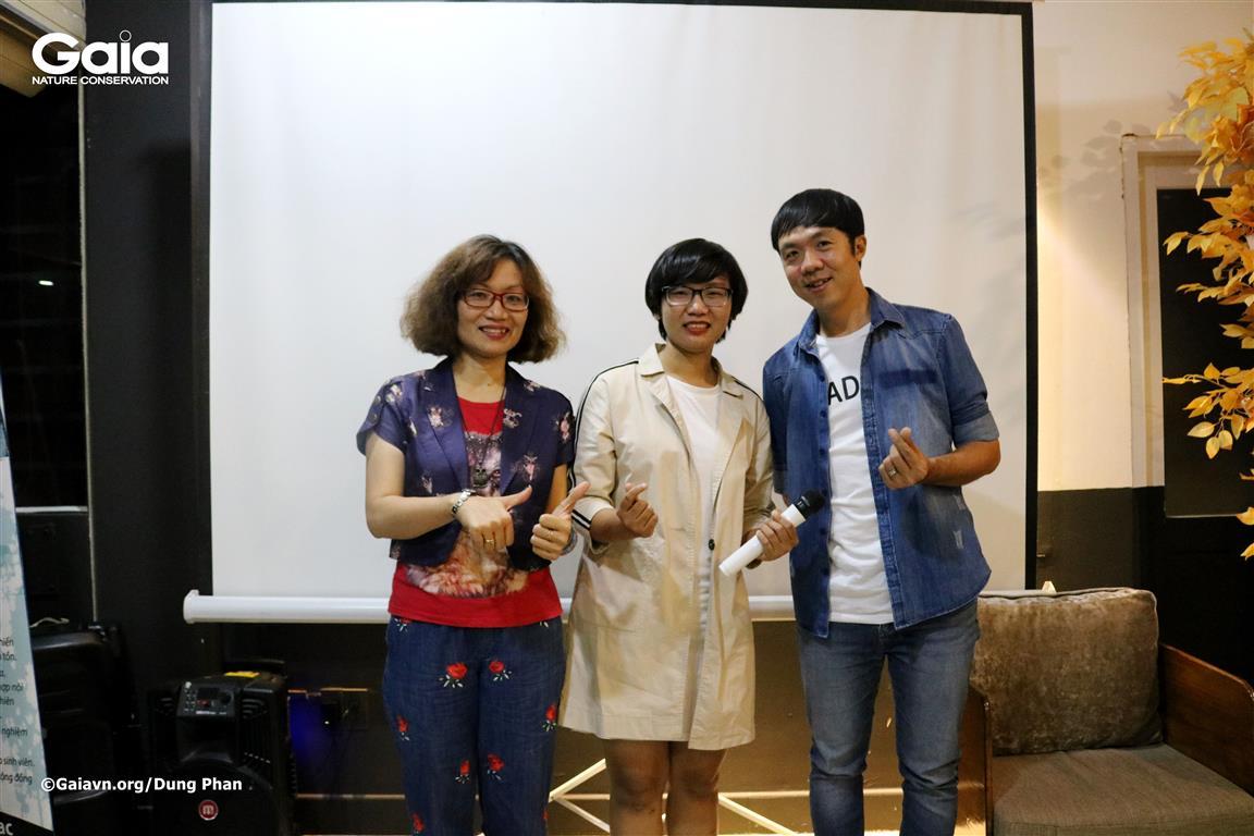 MC Trúc Phạm (giữa) và các diễn giả tại buổi toạ đàm.
