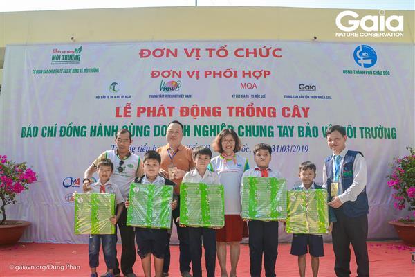 Phần thưởng cho những học sinh xuất sắc nhất cuộc thi tìm hiểu môi trường.