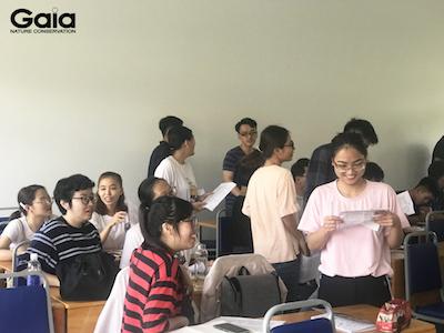 Các bạn sinh viên tập hợp thành các nhóm nghề nghiệp khác nhau.