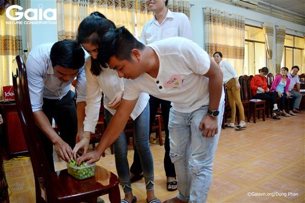 Hào hứng tham gia trò chơi tìm hiểu khai thác bền vững tài nguyên thiên nhiên.