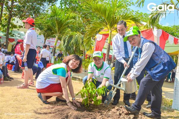 ng Nguyễn Thanh Tuấn trưởng ban tổ chức sự kiện (phải), Bà Đỗ Thị Thanh Huyền – Giám đốc Trung tâm Bảo tồn Thiên nhiên Gaia và các doanh nhân trồng cây bảo vệ môi trường tại Trường tiểu học Vĩnh Tế.