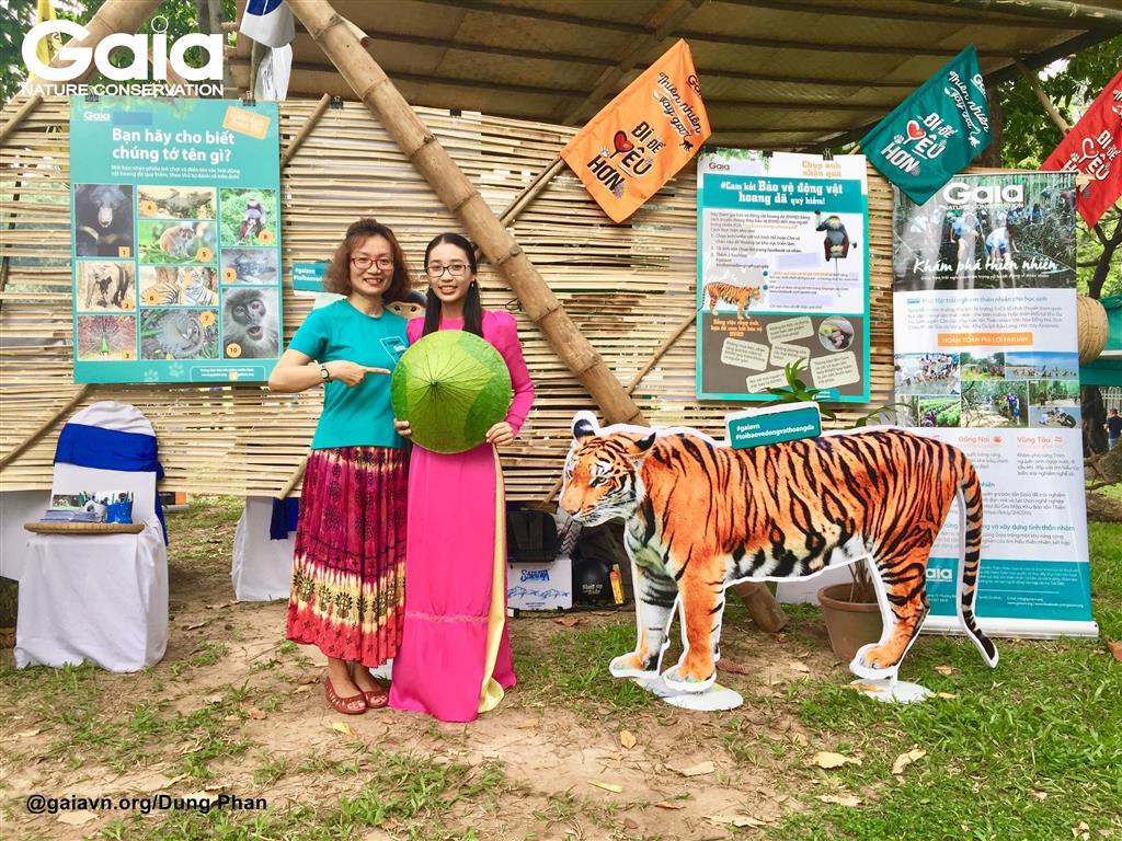 Chụp ảnh cam kết bảo vệ động vật hoang dã.