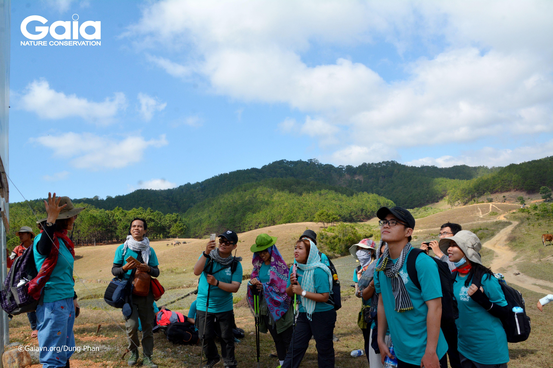 Chị Huyền – Nhà sáng lập & Giám đốc Trung tâm Bảo tồn Thiên nhiên Gaia giới thiệu về cảnh quan cung đường Tà Năng – Phan Dũng.