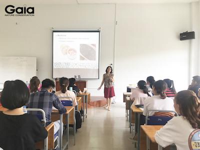 Sinh viên tìm hiểu về ngành bảo tồn tại Việt Nam.