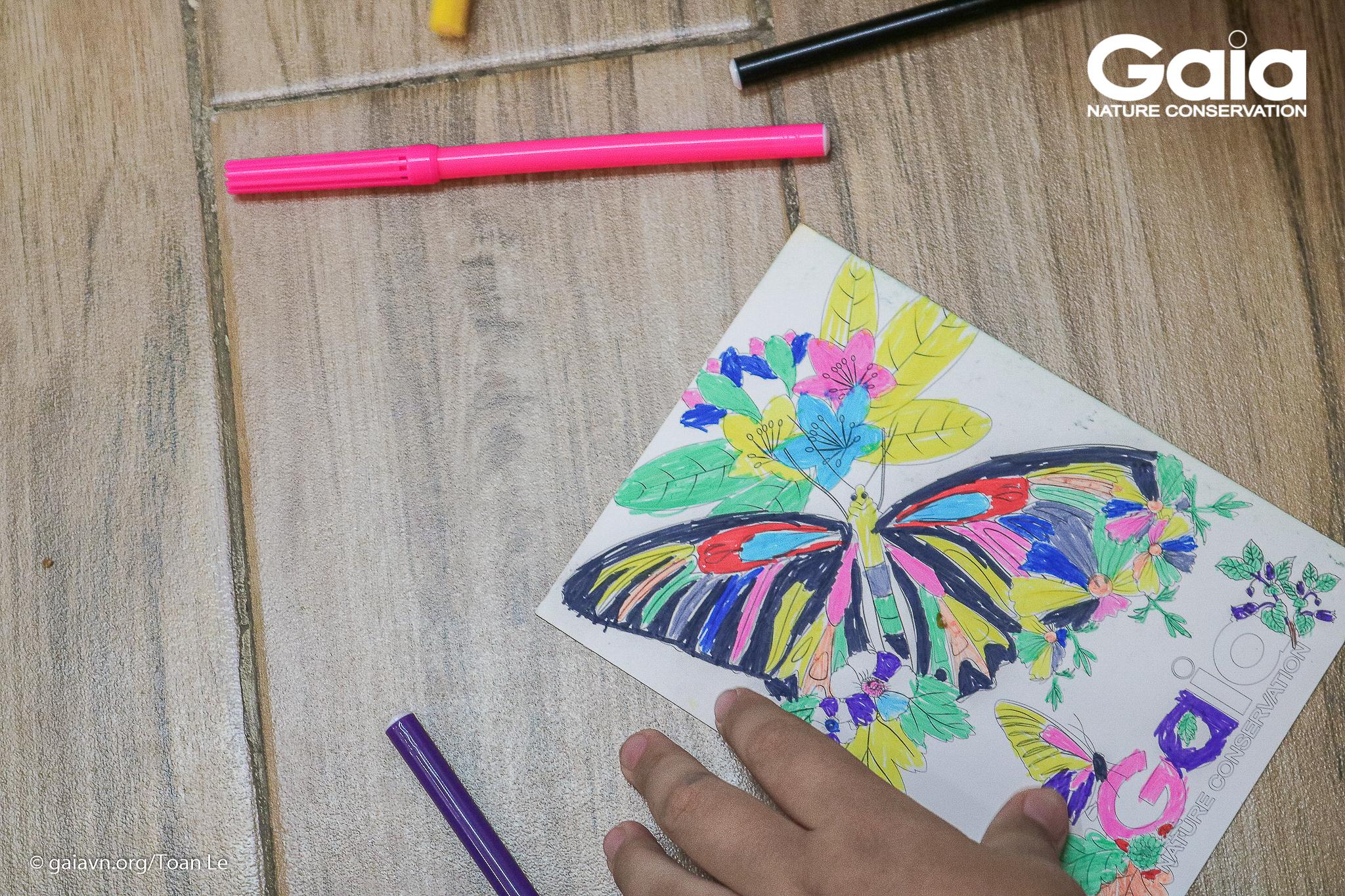 Một bưu thiếp rực rỡ sắc màu, được tô màu xong