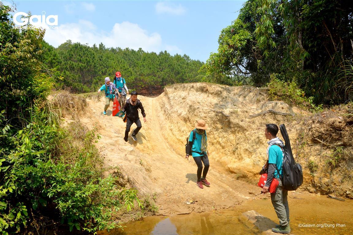 Hào hứng vượt suối ở Tà Năng