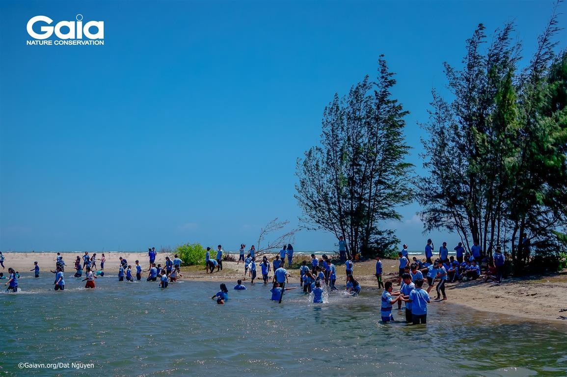 Học sinh hào hứng ra biển vui chơi.