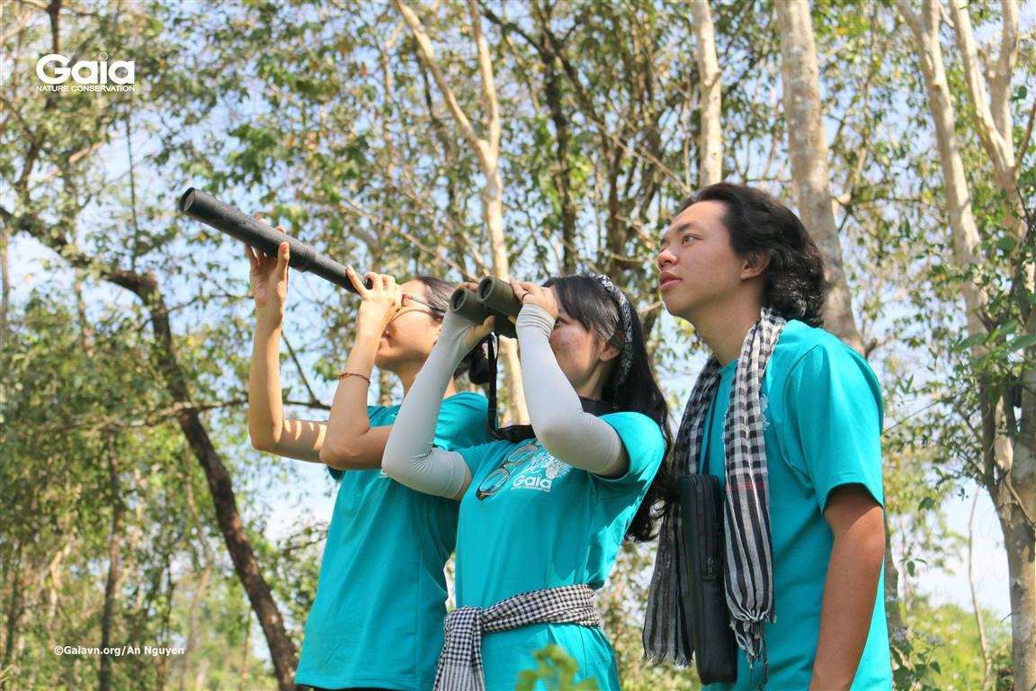 Hứng thú xem chim và các tạo vật thú vị ở rừng.
