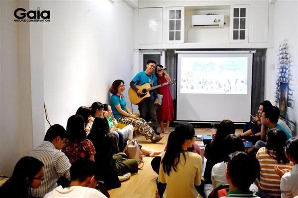 Anh Hồ Nhật Hà – Mr.Walking Chàng trai đi bộ xuyên Việt chỉ với 100k và cây đàn guitar say mê hát bài hát sáng tác cho Gaia.