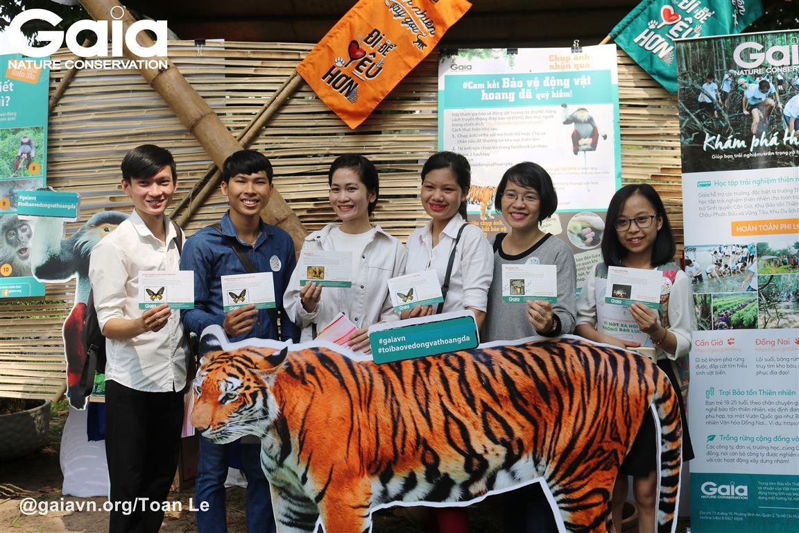 Chụp ảnh tập thể cam kết bảo vệ động vật hoang dã.