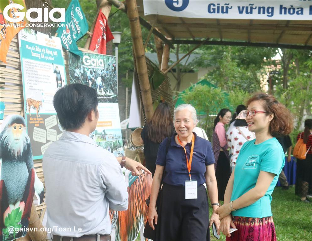 Bà Đỗ Thị Thanh Huyền - Giám đốc Trung tâm Bảo tồn Thiên nhiên Gaia và Bà Diệp Thị Mỹ Hạnh – Làng tre Phú An tại Ngày Văn hóa Hòa Bình.