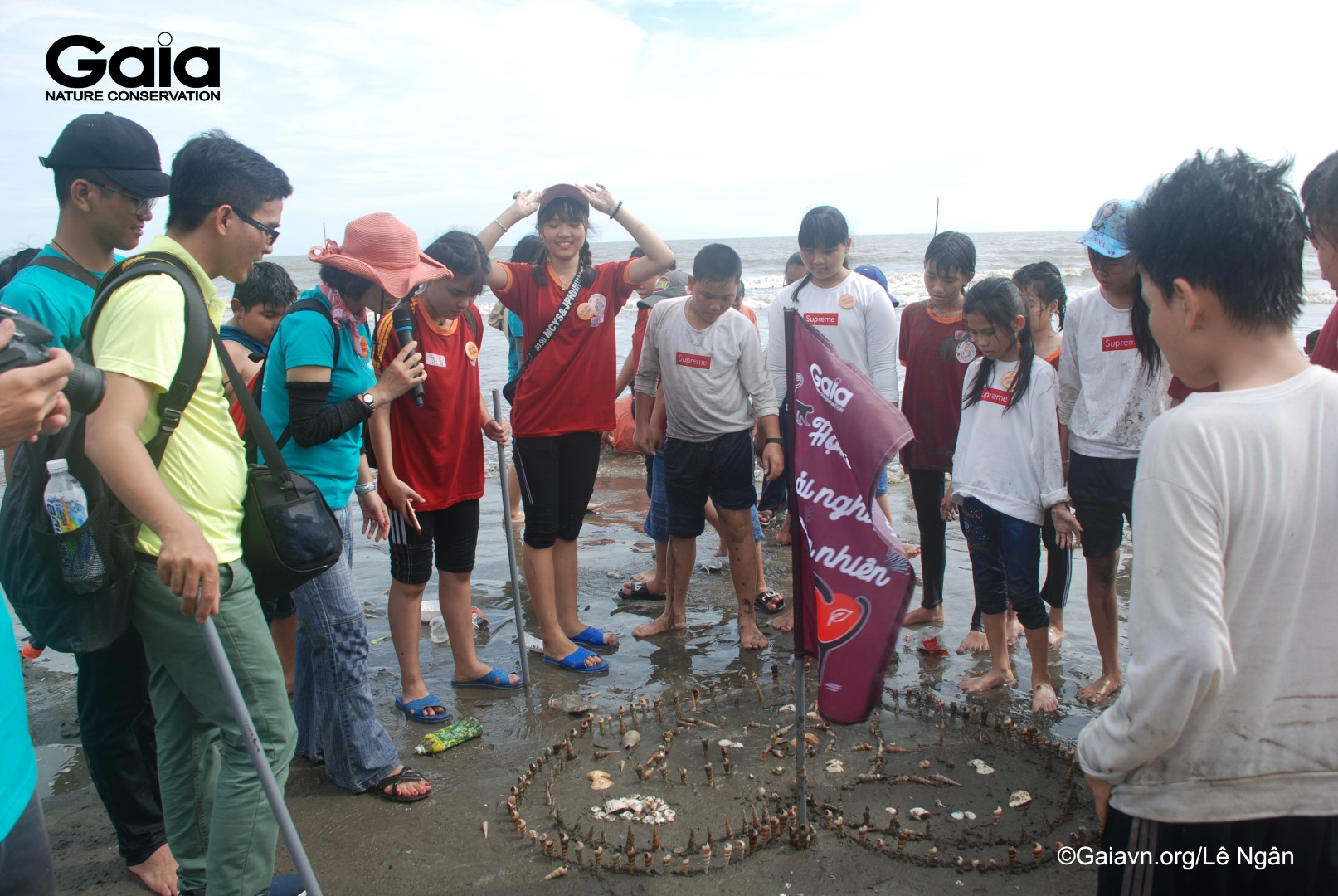 Học sinh đắp mô hình cát
