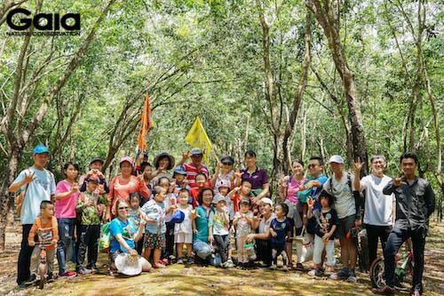 Chụp hình tập thể giữa rừng cao su