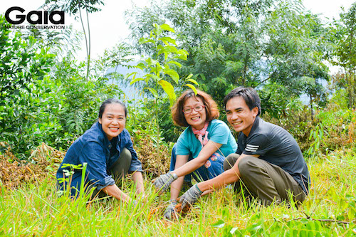 MC Thái Minh Châu trồng cây cùng đại diện Gaia và đại diện Khu bảo tồn thiên nhiên Xuân Liên