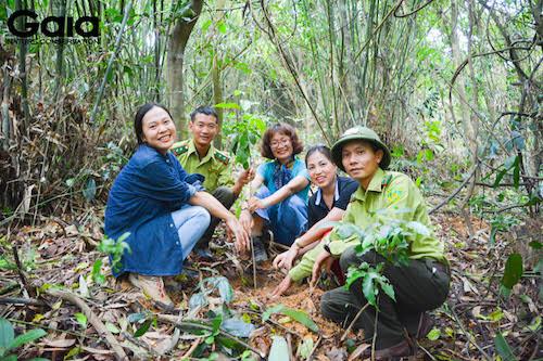 MC Thái Minh Châu trồng cây cùng đại diện Gaia và đại diện VQG Bến En