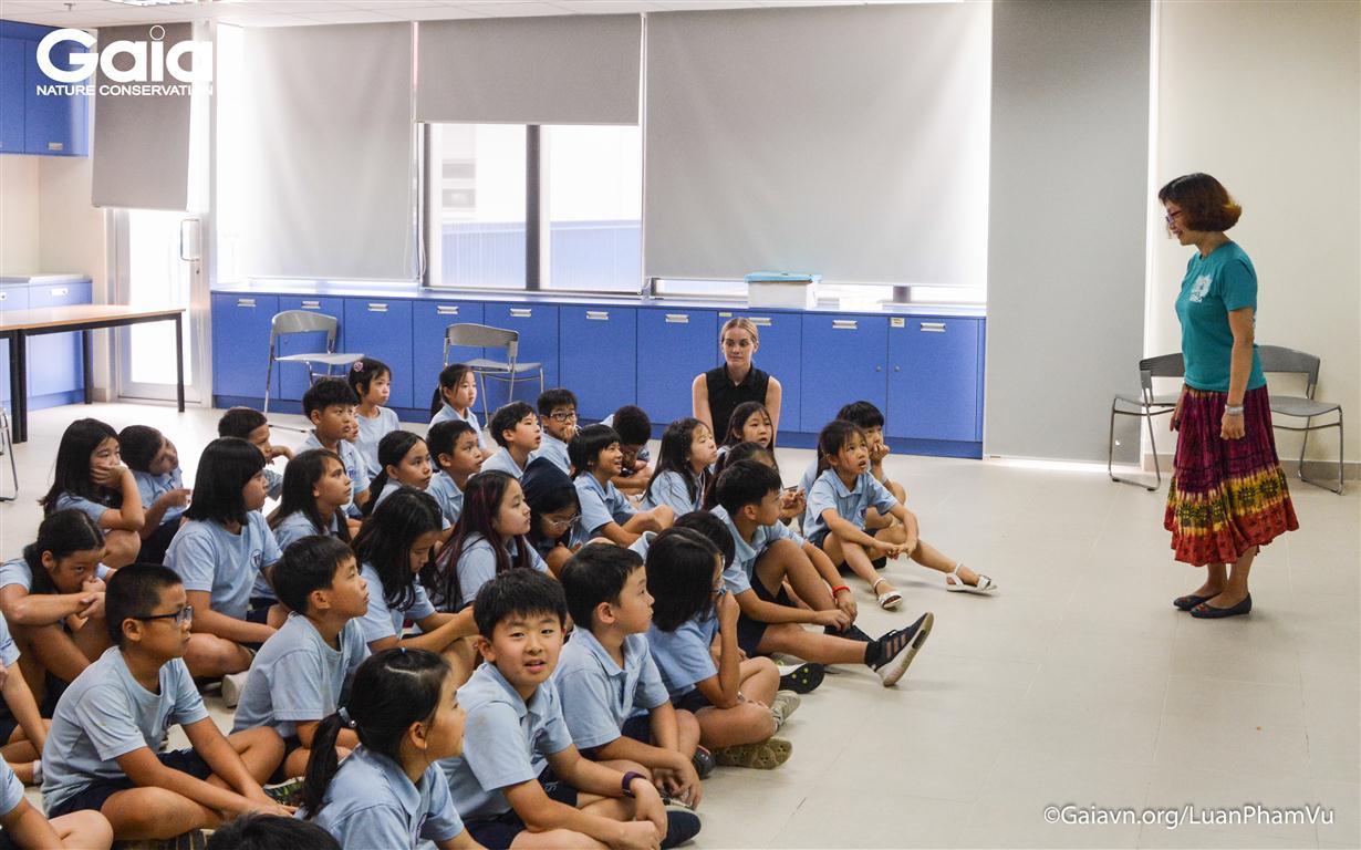 Trò chuyện về bảo tồn thiên nhiên với các em học sinh trường Quốc tế Nam Sài Gòn.