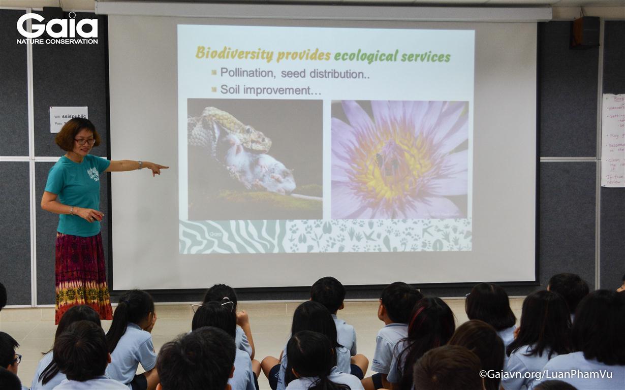 Bà Đỗ Thị Thanh Huyền, Giám đốc Trung tâm Bảo tồn Thiên nhiên Gaia đang chia sẻ về giá trị của đa dạng sinh học.