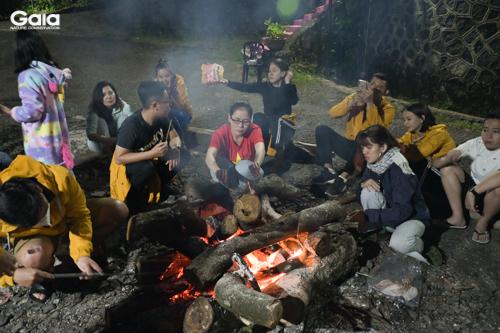 Hào hứng tham gia các hoạt động xây dựng nhóm bên lửa trại tình thân