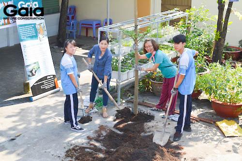 Trồng cây mẫu cho các em học sinh