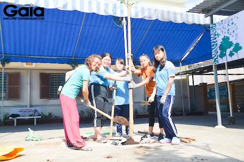 Bà Đỗ Thị Thanh Huyền trồng cây cùng các bạn học sinh