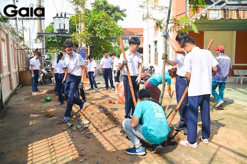 Các bạn học sinh háo hức trồng cây