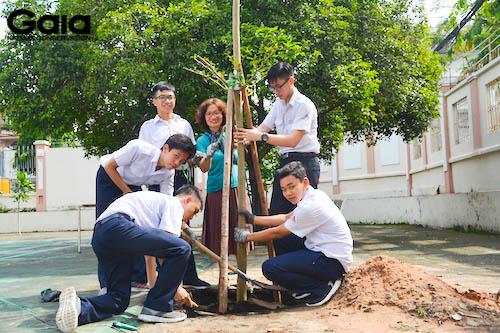 Chụp ảnh lưu niệm bên cái cây vừa trồng