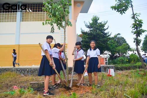 Hạnh phúc vì được trồng cây tròn ngôi trường thân yêu