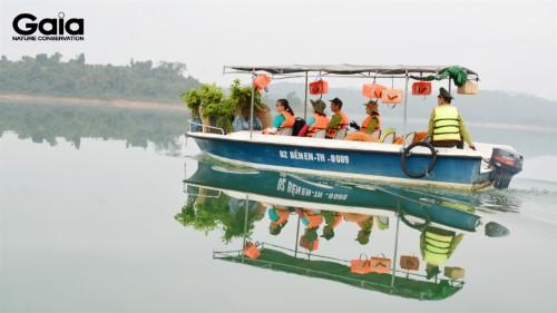 Vận chuyển cây giống trên hồ Sông Mực