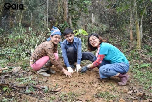 Bà Đỗ Thị Thanh Huyền- Nhà Sáng lập- Giám đốc Trung tâm Bảo tồn Thiên nhiên gia trồng cây khôi phục rừng đầu nguồn tại Khu Bảo tồn Thiên nhiên Xuân Liên cùng người dân địa phương và cán bộ Vườn Quốc gia