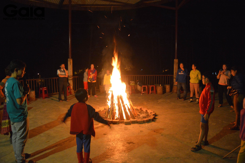m ấm bên lửa trại tuyệt vời