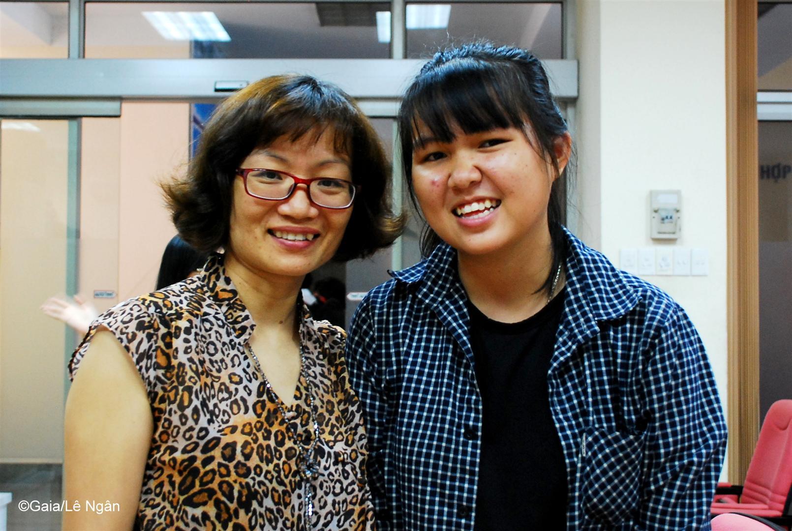 Bà Thanh Huyền và sinh viên của ĐH Khoa học Tự nhiên TP.HCM