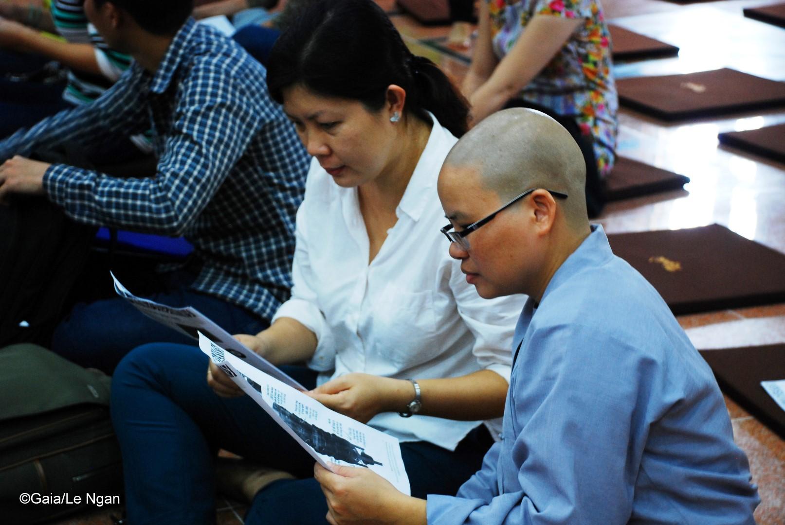 Người tham gia chăm chú đọc tài liệu hướng dẫn