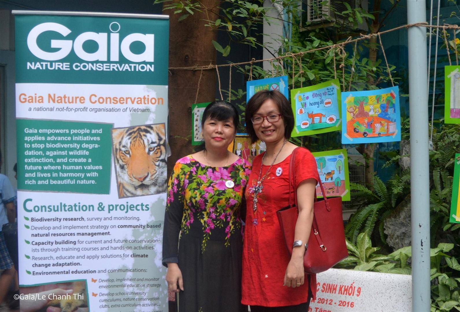 Bà Thanh Huyền và giáo viên của trường THCS Ba Đình