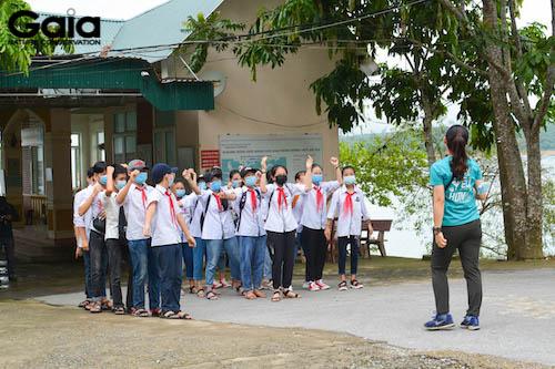 Các bạn học sinh hào hứng tìm hiểu về buổi trồng cây.