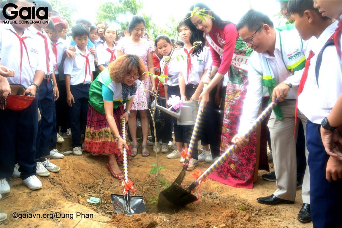Bà Đỗ Thị Thanh Huyền – Giám đốc Trung tâm Bảo tồn Thiên nhiên Gaia (trái, Thạch Thảo, Á hậu Đại sứ Áo dài (giữa) và Ông Nguyễn Hữu Hà, Báo Bảo vệ rừng và Môi trường trồng cây tại Trường THCS Thới Hoà.