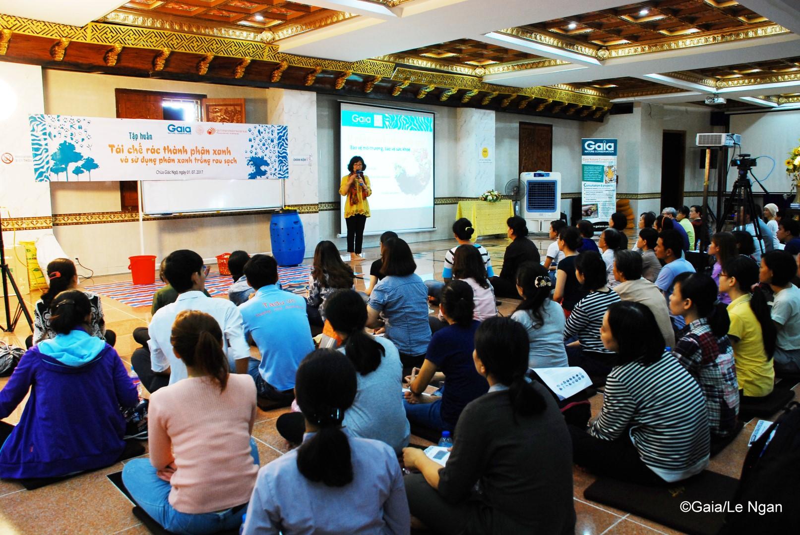 Bà Đỗ Thị Thanh Huyền – Giám đốc Trung tâm Bảo tồn Thiên nhiên Gaia tập huấn cách làm phân xanh và sử dụng phân xanh trồng rau sạch