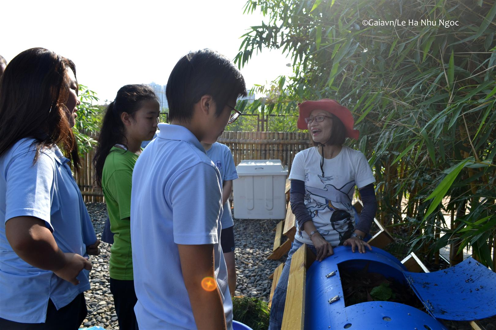 Bà Thanh Huyền hướng dẫn học sinh quy trình thực hiện