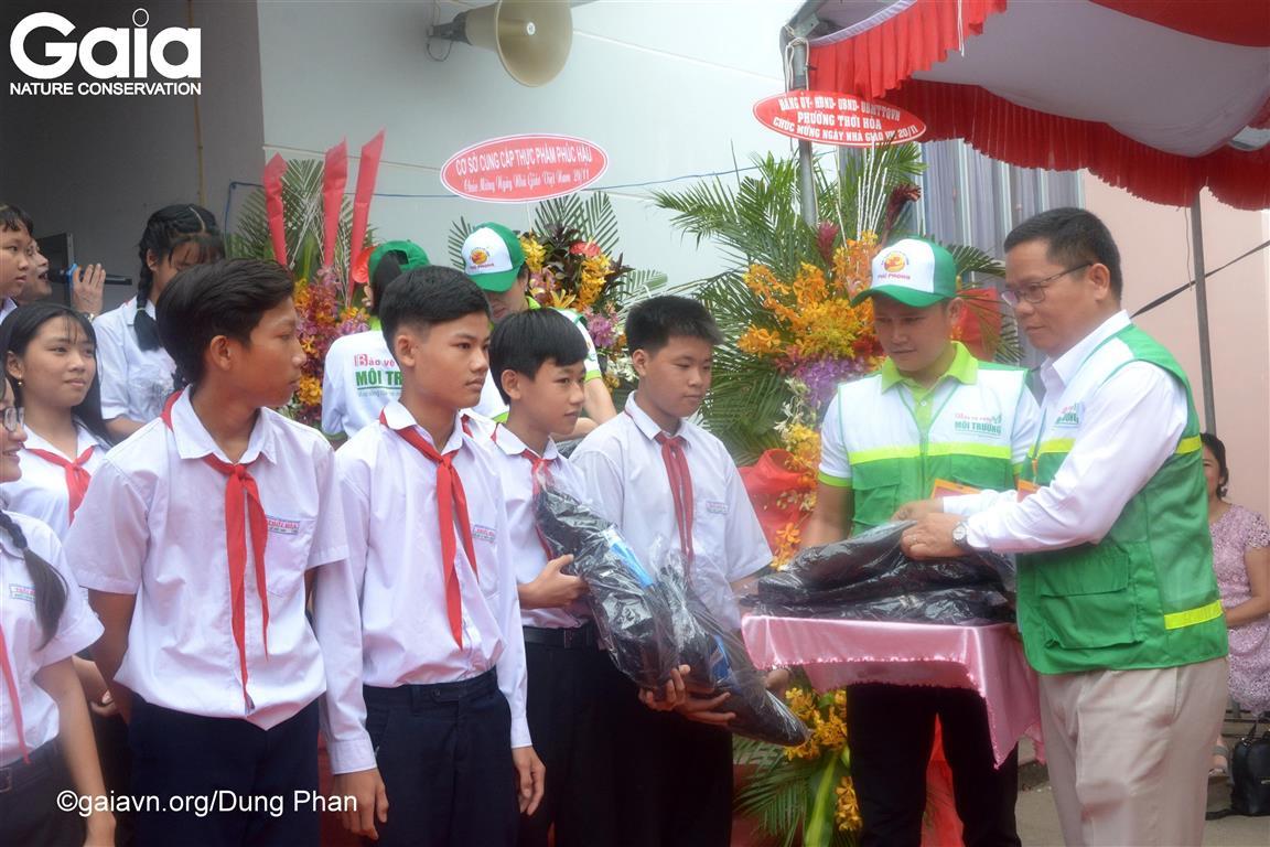 Trao 20 suất học bổng, 100 phần quà cho học sinh và 20 phần quà cho giáo viên có thành tích bảo vệ môi trường at Thoi Hoa Secondary School.
