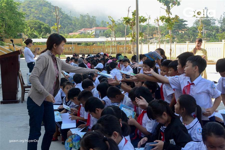"""Nhận sách """"Em yêu Cù Lao Chàm"""""""