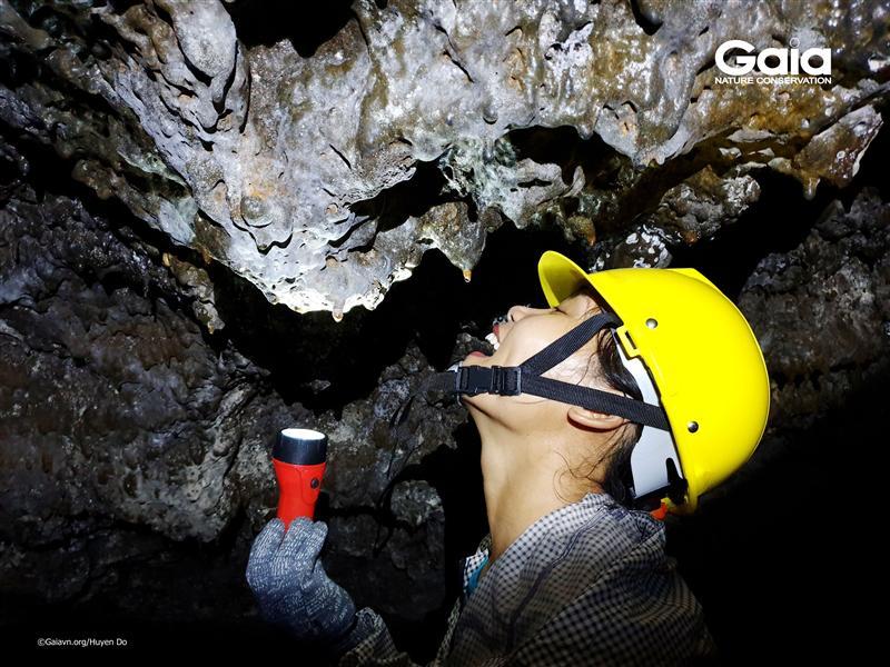Hào hứng khám phá hang động núi lửa ChuBluk.