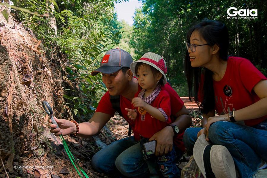 Ba mẹ hạnh phúc cùng con trải nghiệm thiên nhiên.