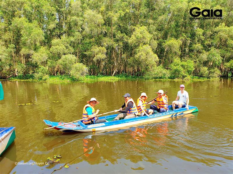 Hào hứng chèo thuyền mùa nước nổi.