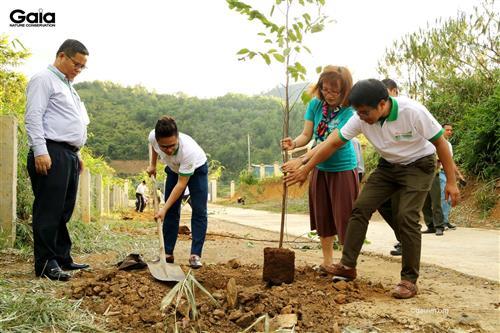 oàn đại biểu trồng cây tại Trường PTDTBT - Tiểu học Vừ A Dính