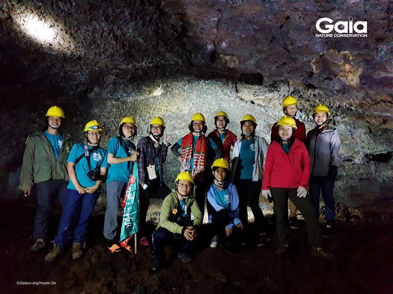 Chụp ảnh tập thể tại hang động núi lửa.