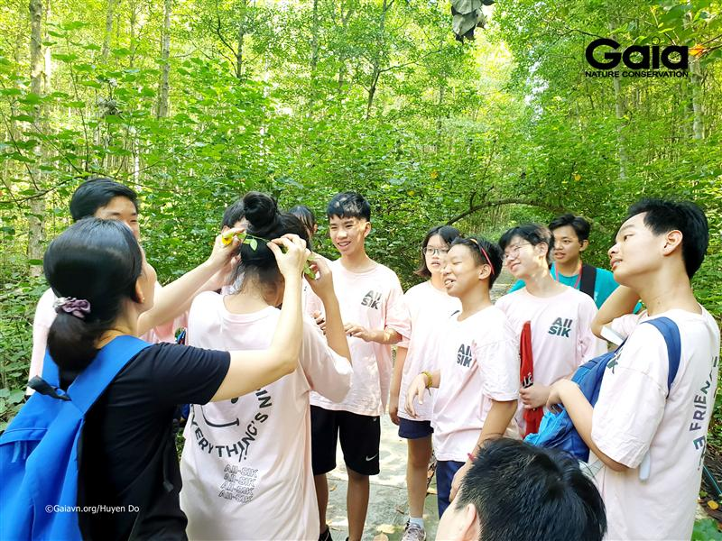 Học sinh hào hứng thực hiện thử thách Rừng đước kỳ thú.