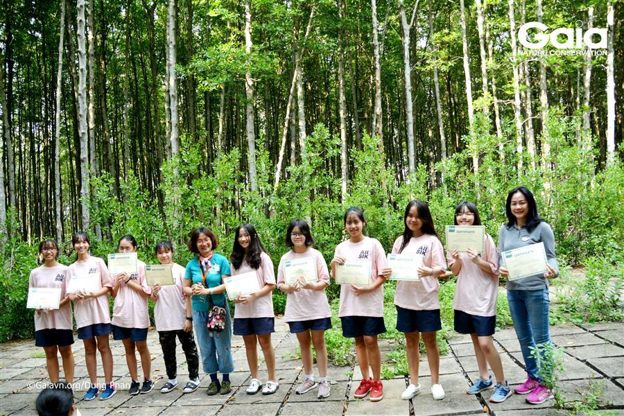 Trao chứng nhận trồng rừng.