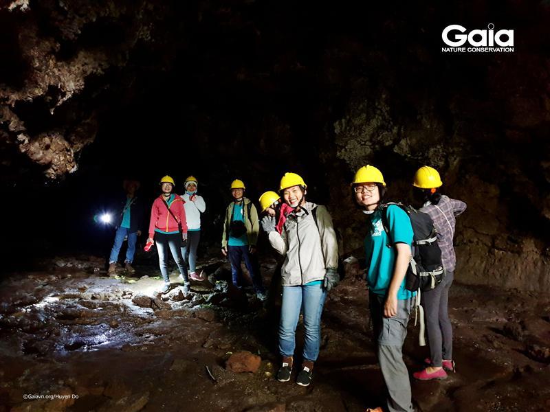 Thám hiểm hang động núi lửa.